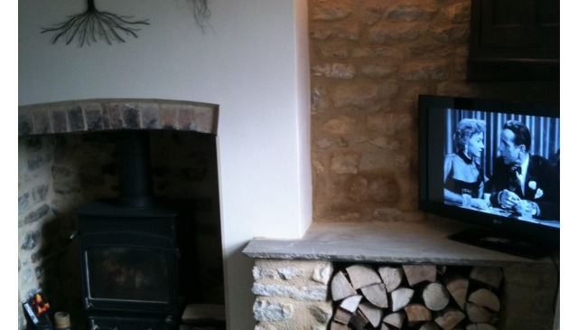 Traditional limestone open plan but cosy cottage, tastefully furnished, woodburner, wi-fi, barbecue